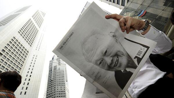 Номер газеты,  приуроченный к кончине первого премьер-министра Сингапура Ли Куан Ю - Sputnik Беларусь