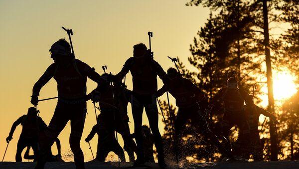 Спортсмены на дистанции масс-старта среди мужчин - Sputnik Беларусь