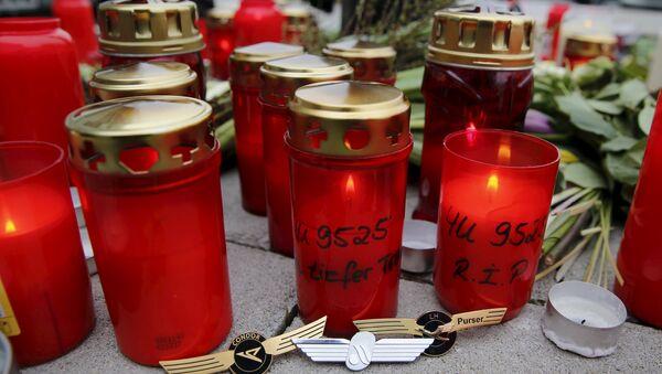 Свечи и нагрудные знаки летчиков возле авиакомпании Germanwings в Кельне - Sputnik Беларусь