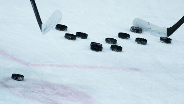 Шайбы и клюшки на раскатке перед началом матча - Sputnik Беларусь