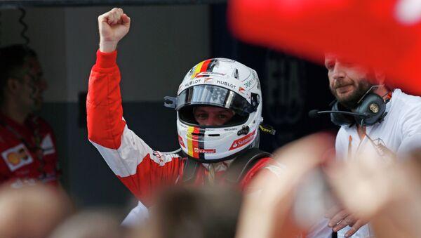 Себастьян Феттель празднует победу на Гран-при Малайзии - Sputnik Беларусь