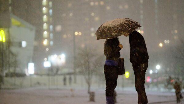 Молодая пара под зонтом - Sputnik Беларусь