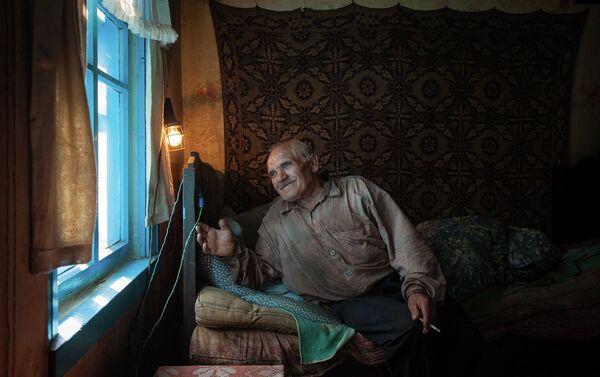 Одинокий старик в своей спальне. Деревня Загорье Сморгонского района - Sputnik Беларусь