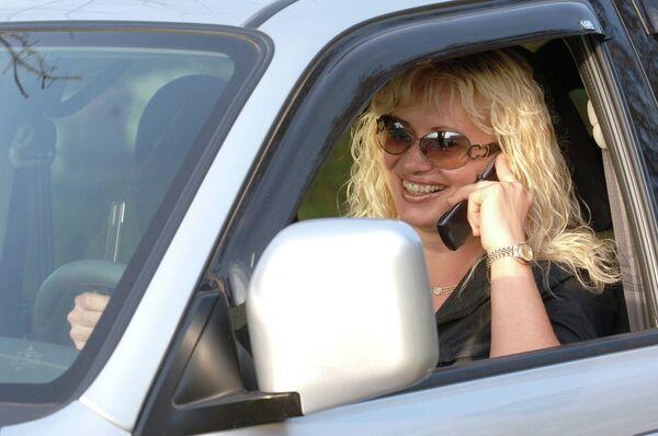 Разговор по мобильному телефону во время управления автомобилем - Sputnik Беларусь