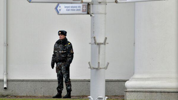 Омоновец на площади Свободы в Минске - Sputnik Беларусь