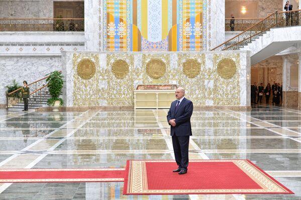 Национальные мотивы в новой резиденции главы государства. Александр Лукашенко ожидает президента России Владимира Путина во Дворце Независимости в Минске, перед началом саммита по урегулированию кризиса на Украине в феврале 2015 года. - Sputnik Беларусь