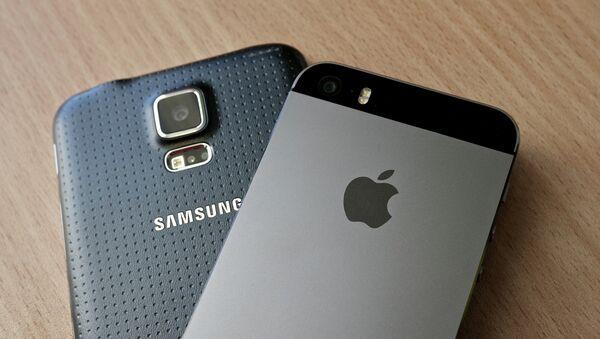 Смартфоны Samsung Galaxy S5 и iPhone 5S - Sputnik Беларусь