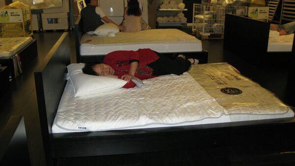 Покупатель спит в магазине IKEA - Sputnik Беларусь