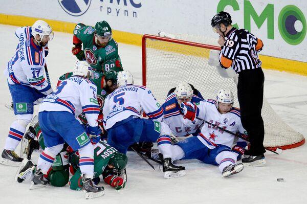 Игроки ХК Ак Барс и ХК СКА в финальном матче плей-офф Кубка Гагарина - Sputnik Беларусь