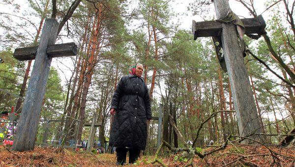 Перасяленка з вёскі Белая Сарока на могілках у Радаўніцы - Sputnik Беларусь