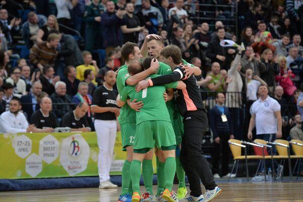 Игроки сборной Беларуси по футзалу празднуют забитый гол в матче против сборной Бразилии на Чемпионате мира - Sputnik Беларусь