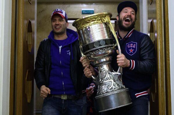 Капитан СКА Илья Ковальчук (справа) держит в руках Кубок Гагарина в терминале Пулково-2 в Санкт-Петербурге - Sputnik Беларусь