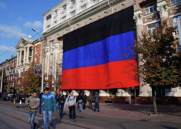 Флаг Донецкой народной республики (ДНР) на площади Ленина в Донецке - Sputnik Беларусь