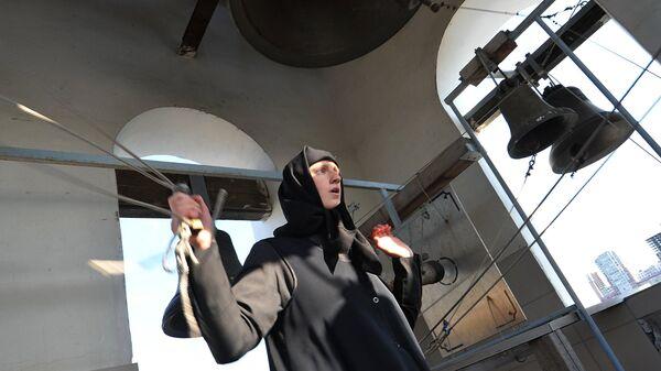 Послушница монастыря звонит в колокола  - Sputnik Беларусь