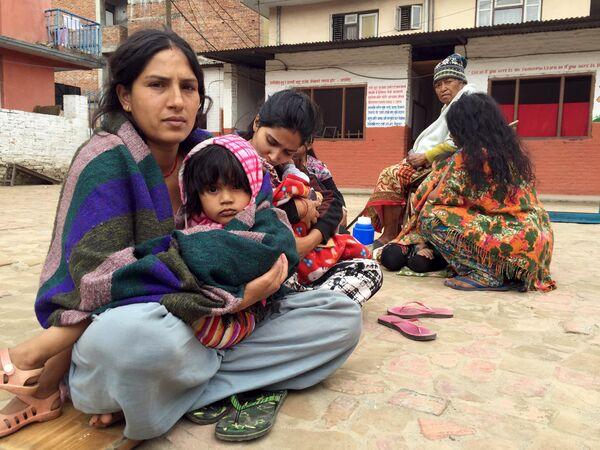 Люди вышли из здания школы после 7,7 баллов землетрясения в Катманду, Непал - Sputnik Беларусь