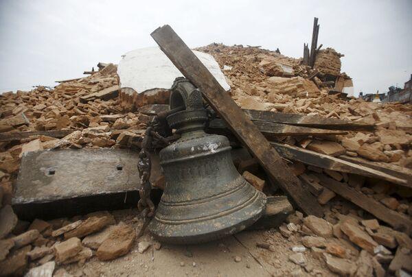 Звон сярод абломкаў храма, які рухнуў пасля землятрусу ў Катманду - Sputnik Беларусь