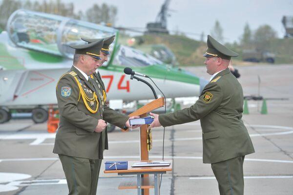 На аэродроме Лида прошли торжественные мероприятия, посвященные вручению личному составу 116 гвардейской штурмовой авиационной базы новых учебно-боевых самолетов Як-130 - Sputnik Беларусь