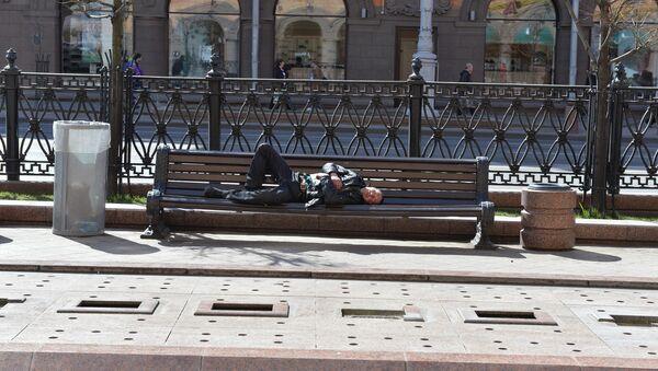 Безработный на скамейке в Минске - Sputnik Беларусь
