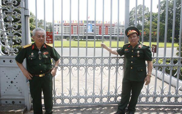 Ветераны войны у Дворца воссоединения, где 40 лет назад коммунисты подняли флаг, ознаменовав полную победу северовьетнамских войск - Sputnik Беларусь