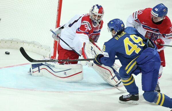 Игрок сборной Швеции Виктор Раск забивает гол в ворота сборной Чехии - Sputnik Беларусь
