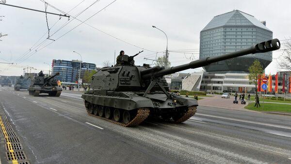 Минчане наблюдают за прохождением колонны военной техники по улицам Минска во время репетиции парада в честь 70-летия Победы - Sputnik Беларусь