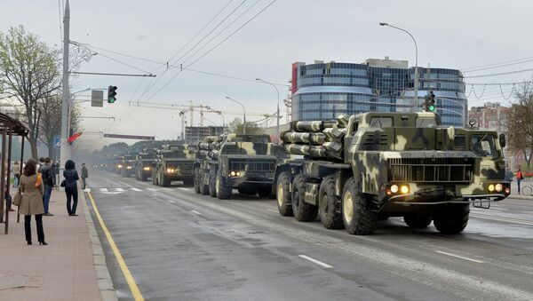 Колонна военной техники проходит по улицам Минска во время репетиции парада в честь 70-летия Победы - Sputnik Беларусь