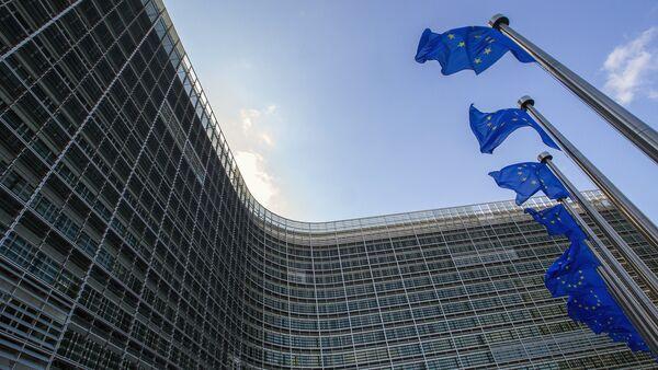Флаги Евросоюза возле штаб-квартиры ЕС в Брюсселе - Sputnik Беларусь