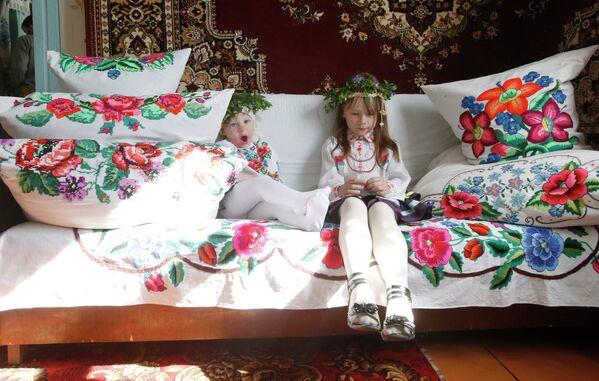 Девочки в венках из барвинка перед началом обряда.  - Sputnik Беларусь