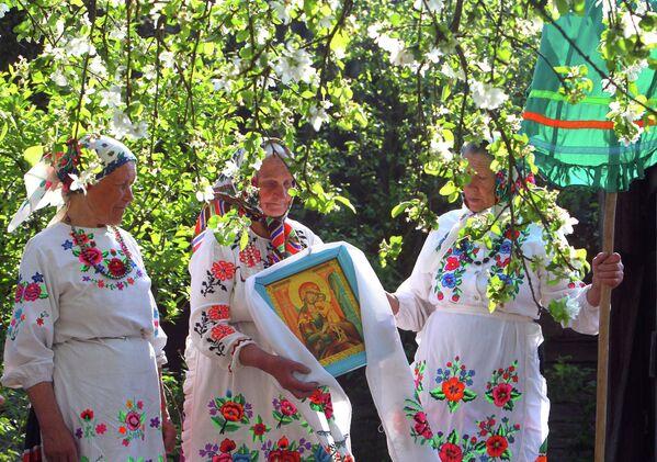 Жительницы деревни Погост Гомельской области во время празднования Дня святого Юрия.  - Sputnik Беларусь