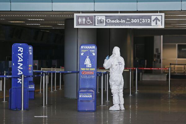 Судебно-медицинский следователь работает на месте пожара в аэропорту Фьюмичино - Sputnik Беларусь