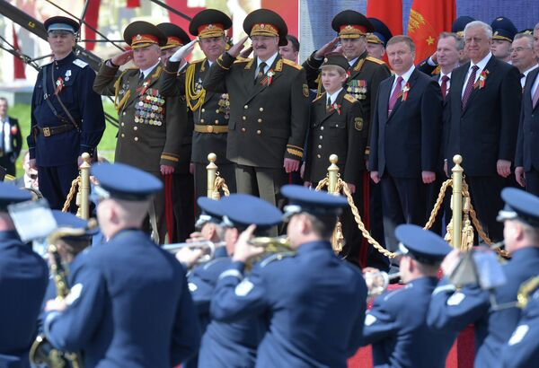 Президент Беларуси Александр Лукашенко принимает парад Победы - Sputnik Беларусь