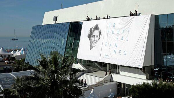 Рабочие монтируют постер 68-го Каннского фестиваля  с изображением актрисы Ингрид Бергман - Sputnik Беларусь