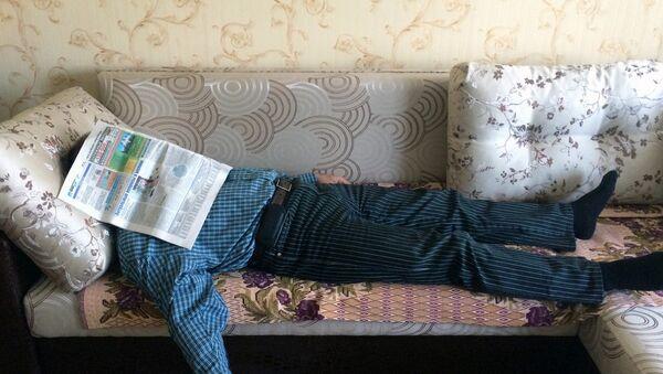 Мужчина отдыхает на диване, архивное фото - Sputnik Беларусь