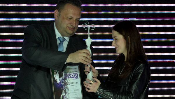 Заместитель министра образования Беларуси Виктор Якжик вручает диплом победителя автору лучшей мужской коллекции Анне Жук - Sputnik Беларусь