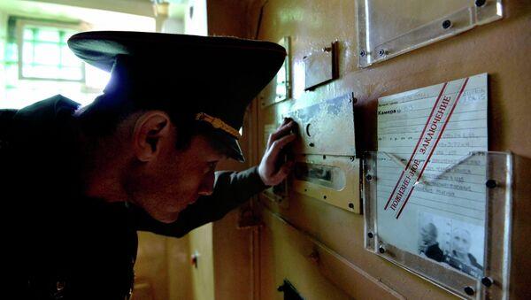 Охранник наблюдает за заключенным в камере (фото носит иллюстративный характер) - Sputnik Беларусь