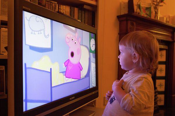 Дзіцяці глядзіць мультфільм Свінка Пэпа - Sputnik Беларусь