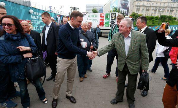Утро после выборов: Анджей Дуда угощает своих избирателей кофе - Sputnik Беларусь