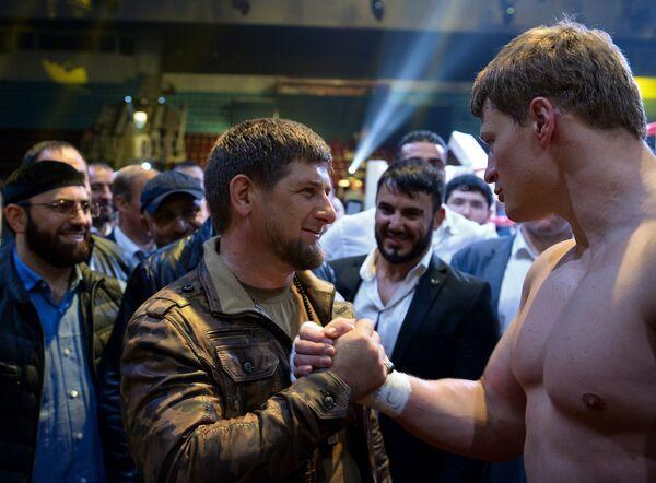 Глава Чечни Рамзан Кадыров (слева) поздравляет Александра Поветкина с победой в бое за титул чемпиона WBC Silver - Sputnik Беларусь