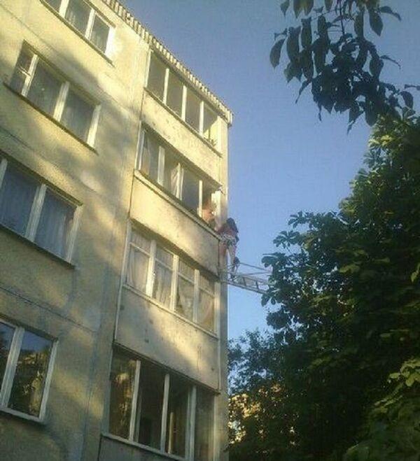 МНС ратуе жанчыну з балкона на чацвёртым паверсе - Sputnik Беларусь