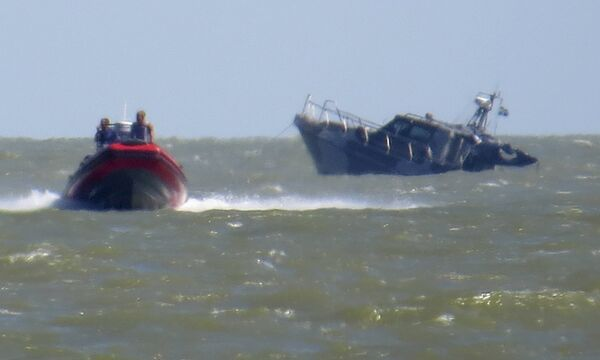 Патрульный катер Украины тонет после взрыва возле портового города Мариуполя - Sputnik Беларусь
