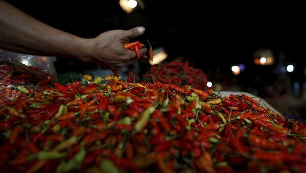 Продавец перца-чили на традиционном рынке в Джакарте, Индонезия - Sputnik Беларусь