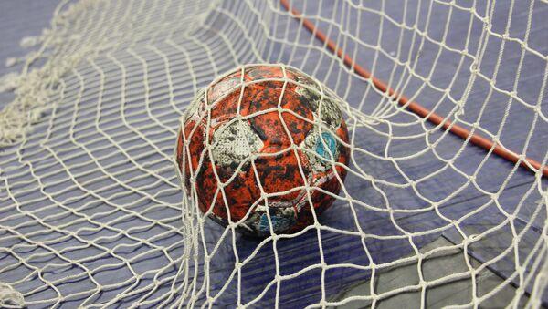 Гандбольный мяч в воротах  - Sputnik Беларусь
