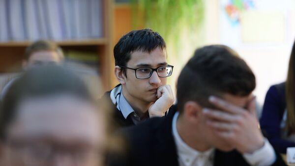 Ученики ожидают начала экзамена - Sputnik Беларусь