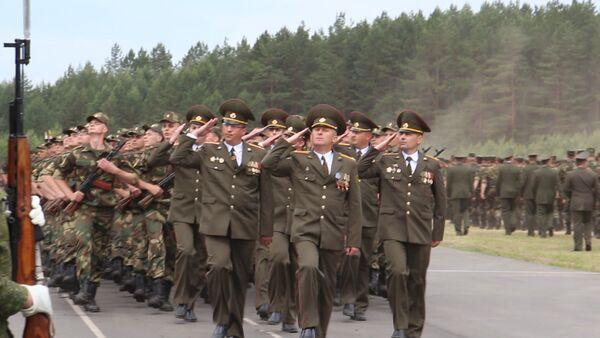 Белорусские военнослужащие приняли воинскую присягу - Sputnik Беларусь