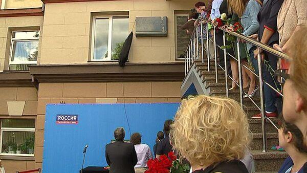 СПУТНИК_В молчании и с цветами – стелу погибшим на Украине журналистам открыли в Москве - Sputnik Беларусь