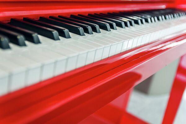 Red Piano at Charles de Gaulle Airport, Paris - Sputnik Беларусь