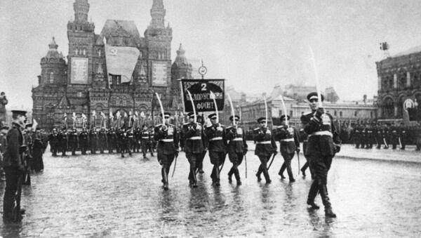 Цырыманіальны марш зводных палкоў франтоў на Чырвонай плошчы - Sputnik Беларусь