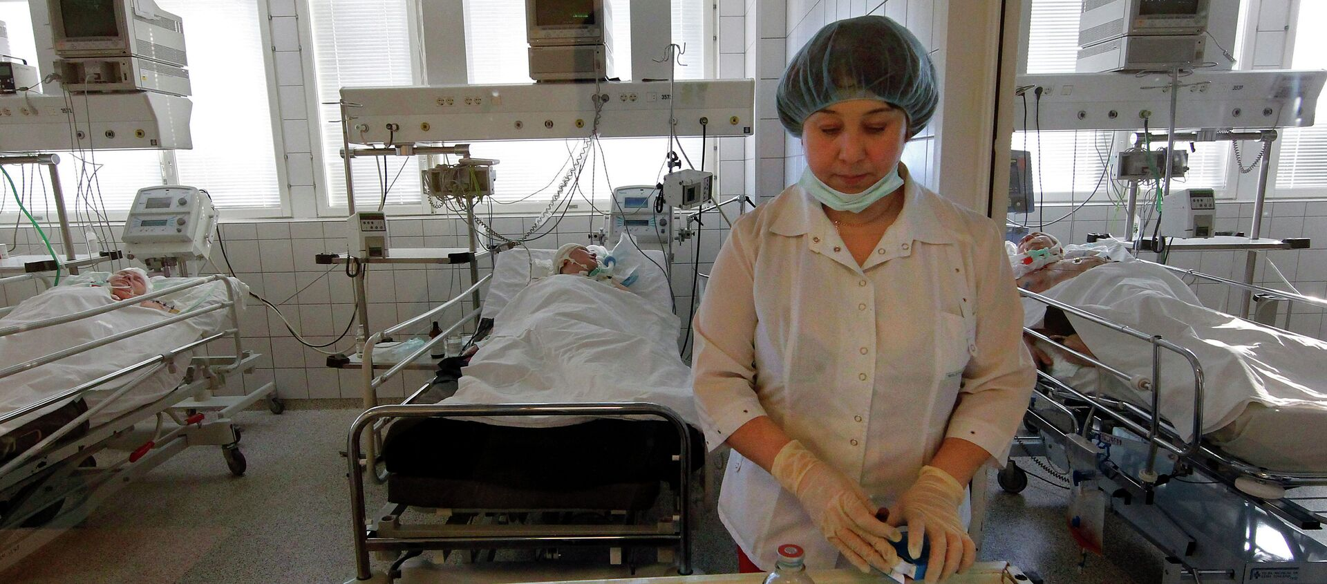 Медсестра готовит процедуры для пациентов реанимационной палаты - Sputnik Беларусь, 1920, 22.04.2021