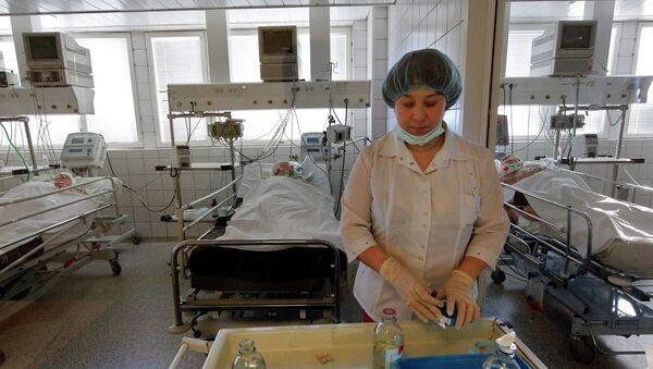 Медсястра рыхтуе працэдуры для пацыентаў рэанімацыйнай палаты - Sputnik Беларусь