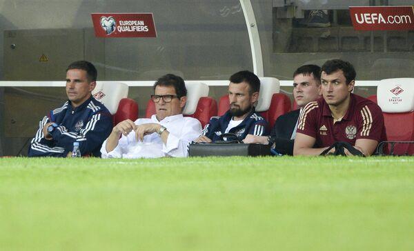 Главный тренер сборной России Фабио Капелло (второй слева) - Sputnik Беларусь